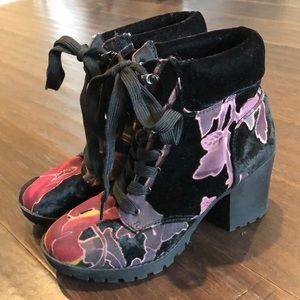 Velvet boots with flowers print